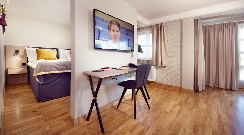 Arbetsplats och TV i Deluxerum på Clarion Collection Hotel Bryggeparken