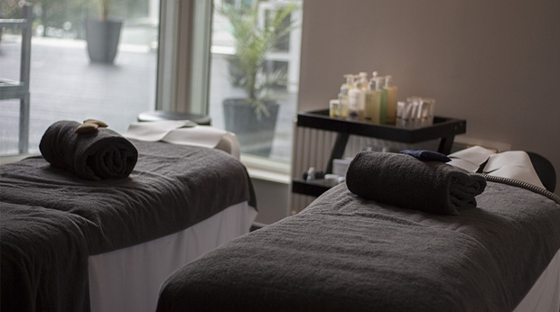 Behandlings-bänkar med handdukar på Elements Spa på Clarion Hotel Stockholm